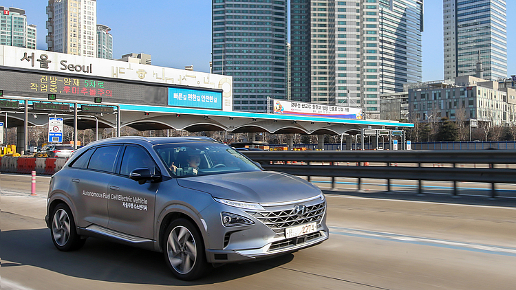 HYUNDAI NEXO A DRIVERLESS CAR WITH ITS OWN POWER STATION - 3